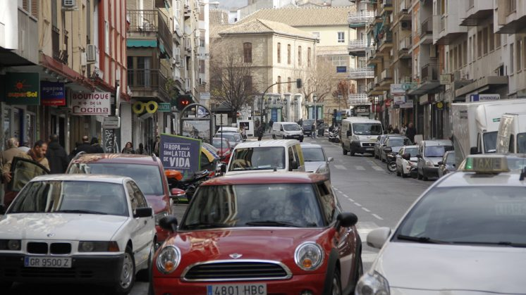 El automóvil sigue siendo el principal medio de transporte en Granada y el cinturón. Foto: Álex Cámara