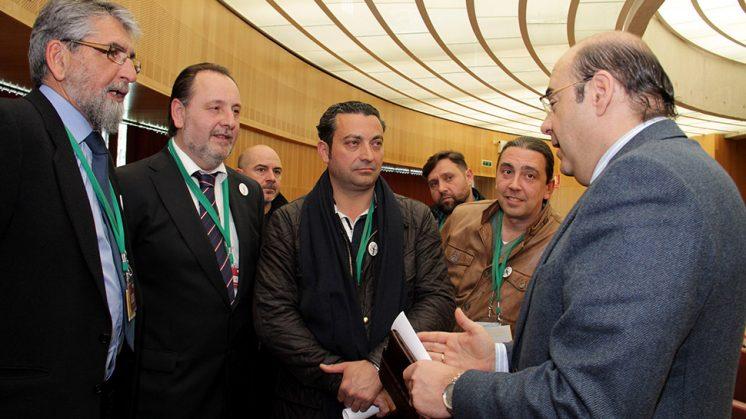 Momento tras el pleno en el que el presidente de la Diputación dialoga con los peluqueros. Foto: Dipgra