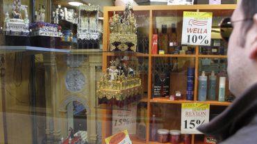 Granada premiará los escaparates decorados con objetos cofrades durante la Cuaresma
