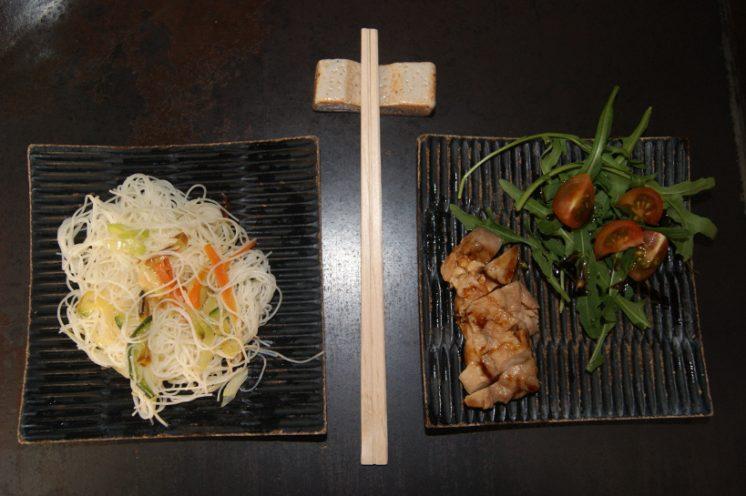 Fideos de arroz, a la izquierda y pollo teriyaki, a la derecha. Foto: AG