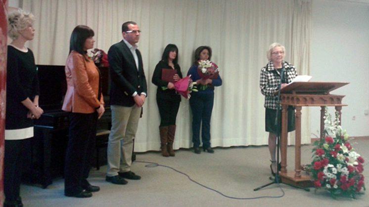 María Jesús, una de las premiadas durante el acto, junto a Carmen y Fuensanta. Foto: AG