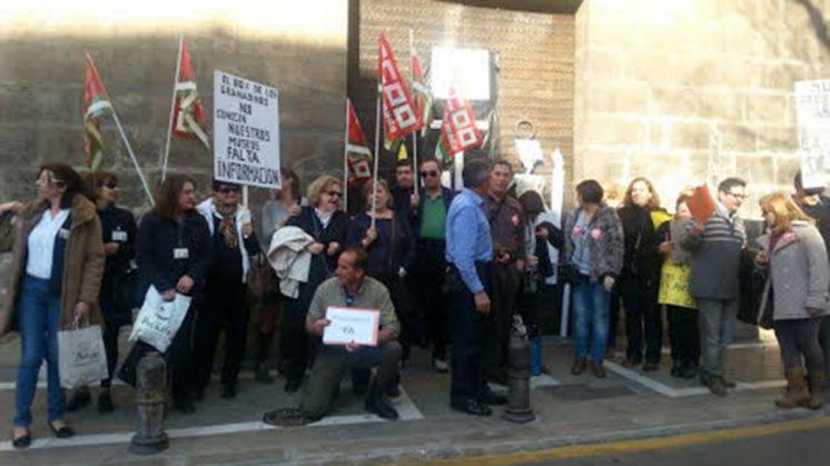 Sujetan pancartas contra la reducción de servicios. Foto: CCOO