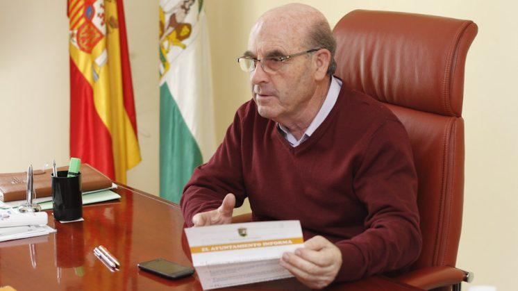 Francisco Plata defiende sus tesis papel en mano. Foto: Álex Cámara
