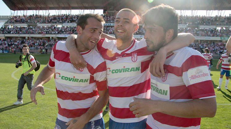 Dani Benítez celebra con Iván Amaya (d) y Tariq (i) la victoria conseguida frente al Alcorcón. Foto: Luis F. Ruiz (archivo)