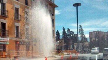 Las obras de la LAC rompen una tubería que lanza agua a 8 metros de altura