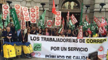 Trabajadores de Correos se movilizan en Granada contra los recortes