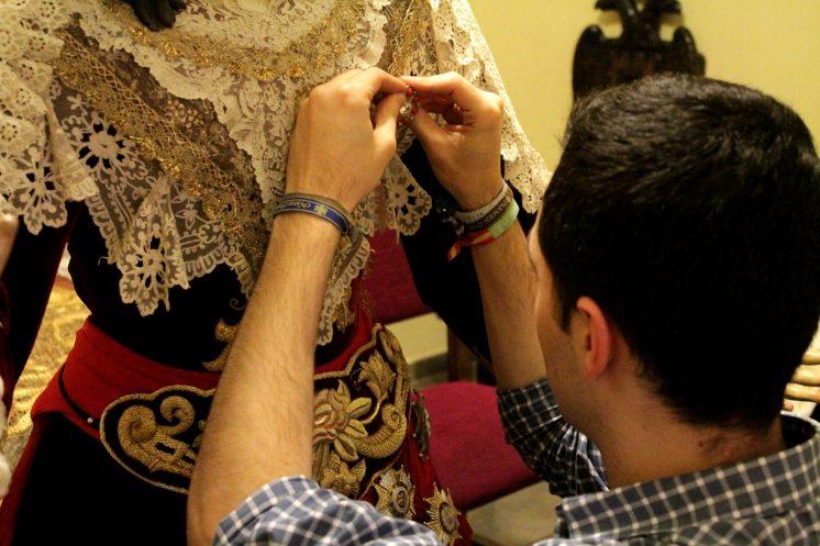 Álvaro Abril, durante su trabajo con la Virgen del Sacromonte. Foto: Aurea GdeA
