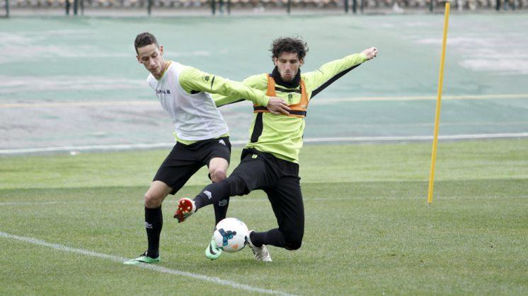 Mainz y Coeff se juegan estar en la defensa en Sevilla junto a Ilori. Foto: Álex Cámara