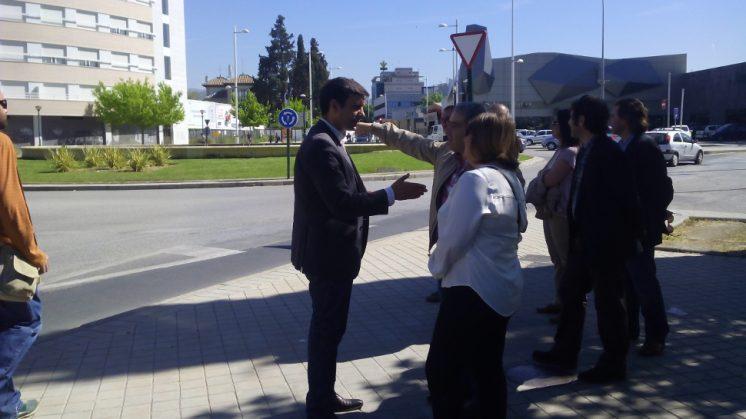 El portavoz municipal del PSOE en el Ayuntamiento, Francisco Cuenca, con miembros de la Asociación de Vecinos Parque Lagos-Tico Medina. Foto: AG
