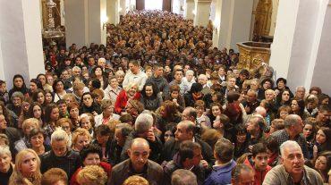 Los orgiveños acuden a la iglesia para el descendimiento del Cristo de la Expiración