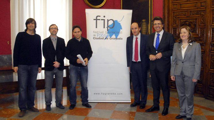 Miembros de la dirección del festival y responsables políticos junto al cartel. Foto: Javier Algarra