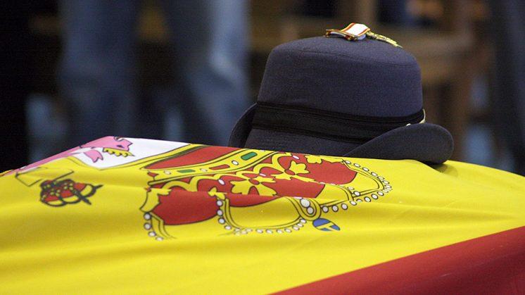 El féretro, con el gorro de la teniente pinera fallecida y la bandera de España. Foto: Luis F. Ruiz
