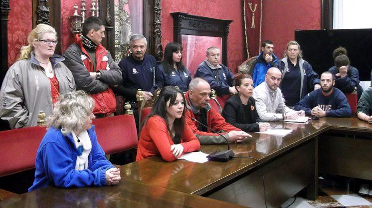 Ediles de PSOE e IU junto a empleados de Clece. Foto: AG