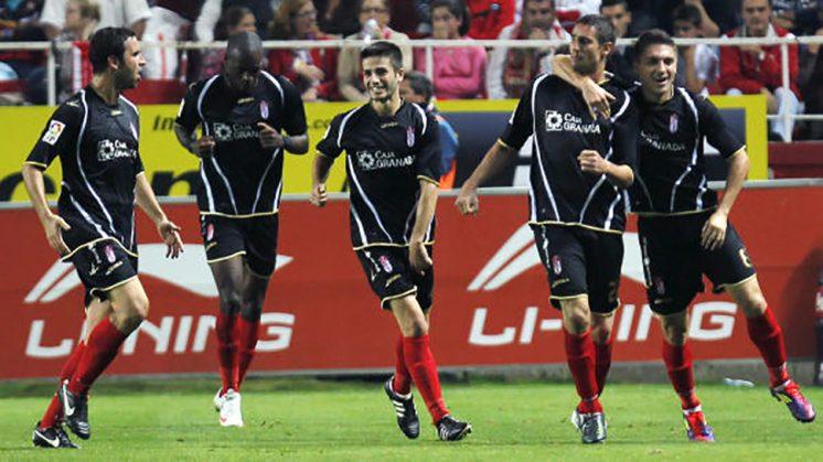 Los jugadores del Granada celebran el gol en Sevilla de la 11/12. Foto: LFP