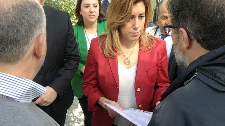 Momento en el que los funcionarios entregan la documentación a Susana Díaz. Foto: Luis F. Ruiz