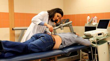 Los pacientes que sobreviven a un cáncer de colon son más propensos a padecer dolor de espalda y abdomen