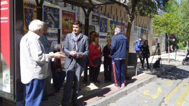 Los vecinos de Genil recogen firmas contra el plan de Movilidad del PP que recorta varías líneas de autobús