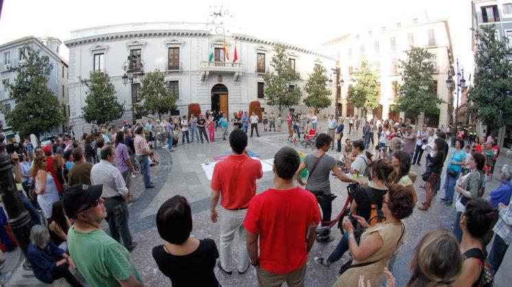 """El '15M' conmemora sus tres años de """"lucha"""" en la plaza del Carmen de Granada apoyados por 200 personas"""