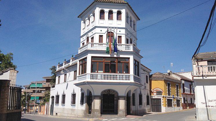 La fachada del Ayuntamiento de Pinos Puente. Foto: L. F. R.