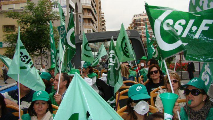 Cientos de afectados se han concentrado frente a la delegación de la Junta. Foto: AG
