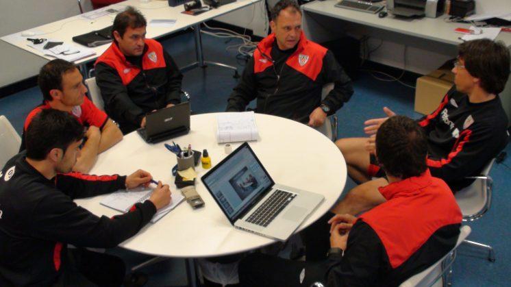 Caparrós junto a su equipo de trabajo durante su etapa en Bilbao. Foto: joaquincaparros.com