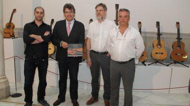 La Diputación divulga las excelencias de la escuela granadina de artesanos guitarreros