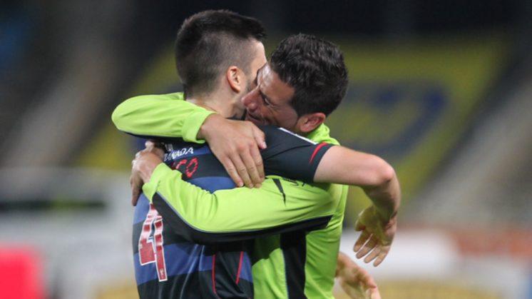 Fran Rico y Riki se abrazan tras finalizar el partido con empate. Foto: La Otra Foto