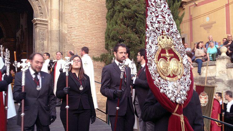 El guión federativo, durante una procesión esta Semana Santa. Foto: L. F. R.