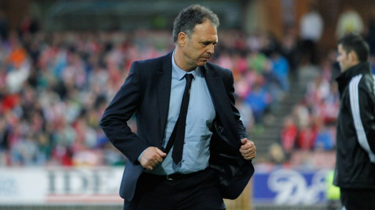 El técnico Joaquín Caparrós, durante un partido en Los Cármenes. Foto: Álex Cámara