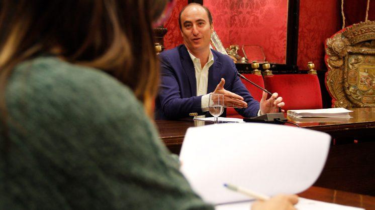 El teniente de alcalde del Ayuntamiento de Granada, en uno de los momentos de la rueda de prensa. Foto: Álex Cámara