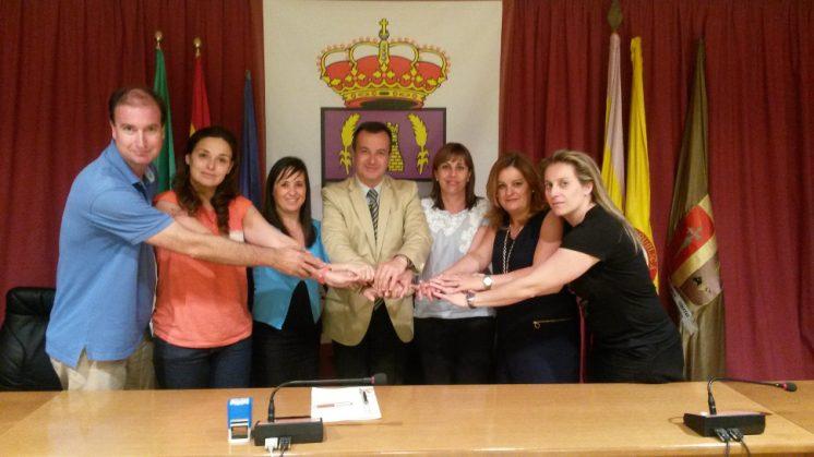 La alcaldesa gabirra, Vanessa Polo Gil, y el delegado de Igualdad, Salud y Políticas Sociales de la Junta de Andalucía en Granada, Higinio Almagro, en la firma del convenio de colaboración. Foto: AG