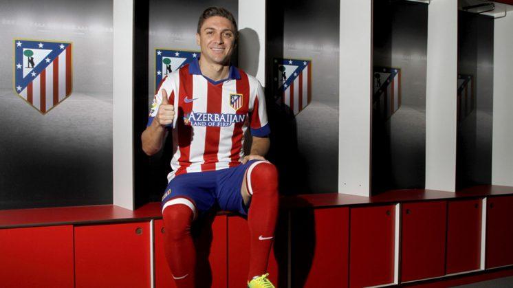 Siqueira posa con la camiseta de su nuevo equipo. Foto: Atlético de Madrid