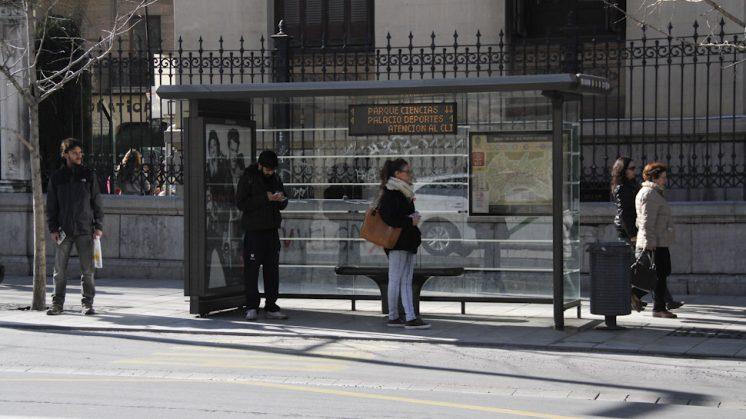 Los usuarios recibían información sobre el tiempo de espera de los autobuses. Foto: Álex Cámara