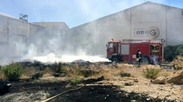 Controlado el incendio en una nave de neumáticos en Atarfe