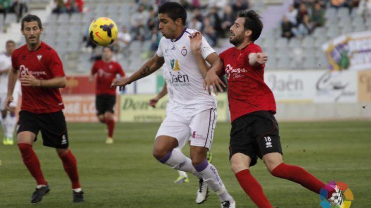 El delantero del Granada cedido al Jaén, Jona, lucha un balón frente al Mirandés, equipo de Lucena. Foto: LFP