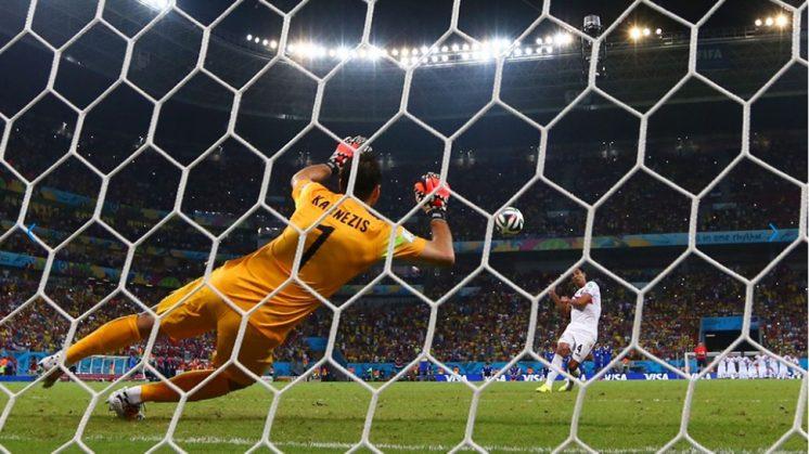 Karnezis trata de atajar un penalti en la tanda de los octavos del Mundial. Foto: FIFA