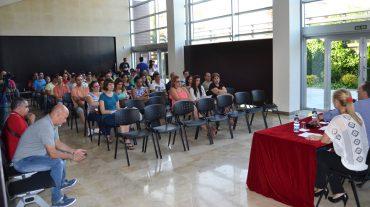 El Ayuntamiento de Peligros ofrece en asamblea los detalles del programa Emple@joven