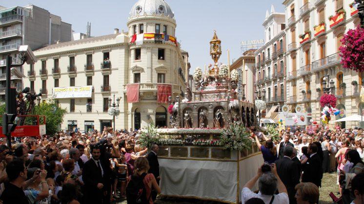 La Custodia ha recorrido las calles del centro de Granada. Foto: Álex Cámara