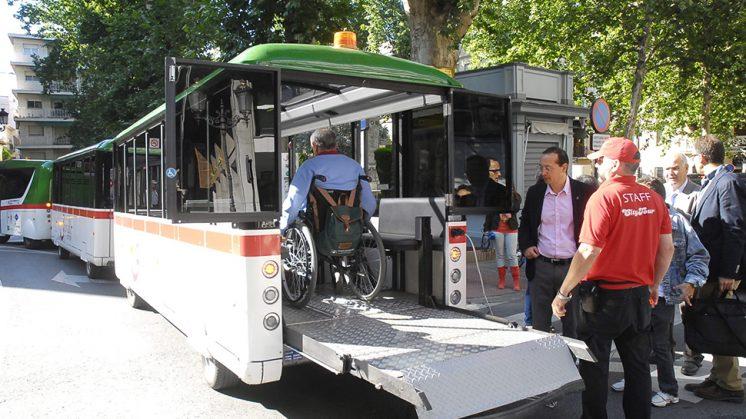 El tren turístico permite transportar, a través de una rampa, sillas de ruedas. Foto: Javier Algarra