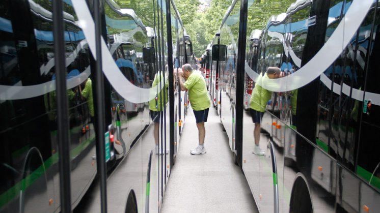 Los ciudadanos pudieron conocer los autobuses hace una semana. Foto: Álex Cámara
