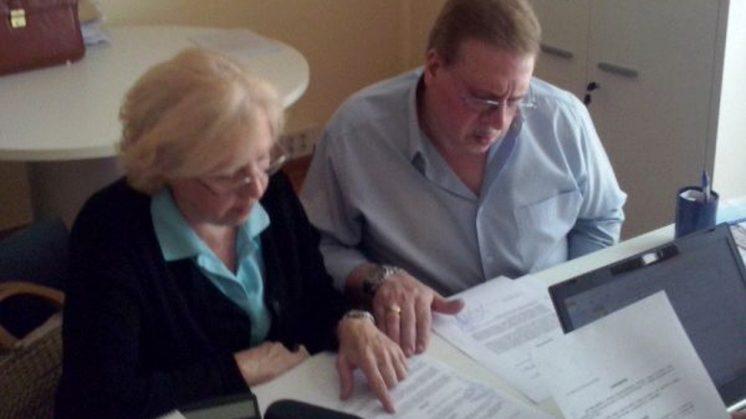 Encarnación, una de las afectadas, junto a su esposo en el momento de la firma. Foto: aG