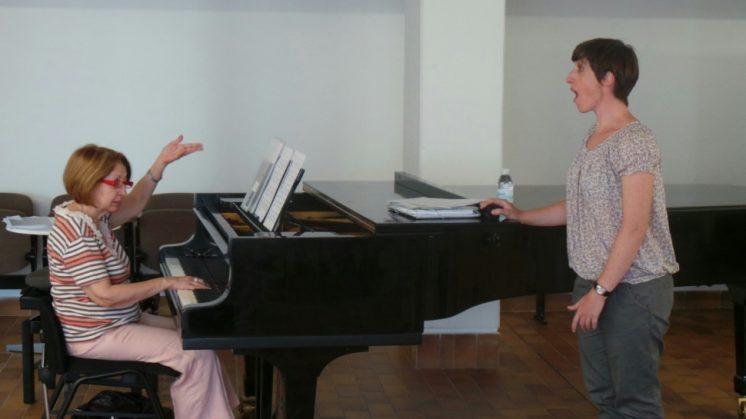 La profesora Ana Luisa Chova forma a 15 cantantes en los Cursos Internacionales Manuel de Falla