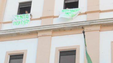 Continúa el encierro en el Ayuntamiento de Baza hasta conseguir los pagos de la Junta