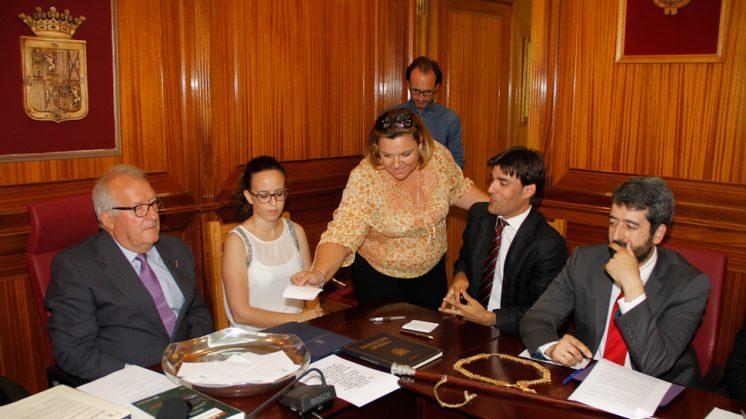 La exsocialista Ana Bella Camacho (centro) vota la elección del nuevo alcalde de Santa Fe hace unos días. Foto: Álex Cámara
