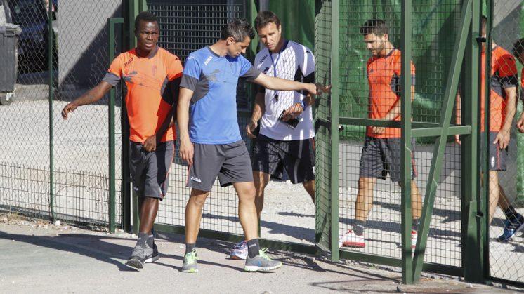 Roberto, junto a sus compañeros, antes de una sesión de entrenamiento. Foto: Álex Cámara
