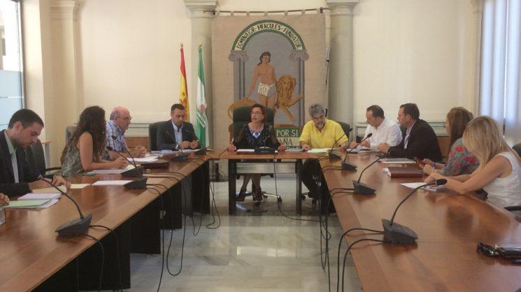 La delegada territorial de Educación, Cultura y Deporte, Ana Gámez, ha firmado con los alcaldes de estas seis localidades el convenio. Foto: aG