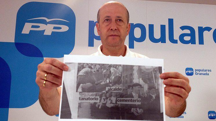 El alcalde de Cogollos de la Vega, con uno de los documentos que recibió por carta con amenazas. Foto: Luis F. Ruiz