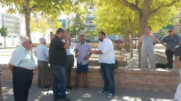 IU y vecinos de La Chana denuncian el abandono y la insalubridad de la Plaza de la Petanca