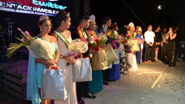 Los 'reyes' de las fiestas de Pinos Puente, rodeados por las damas de honor y los míster de honor. Foto: Ayto. Pinos Puente