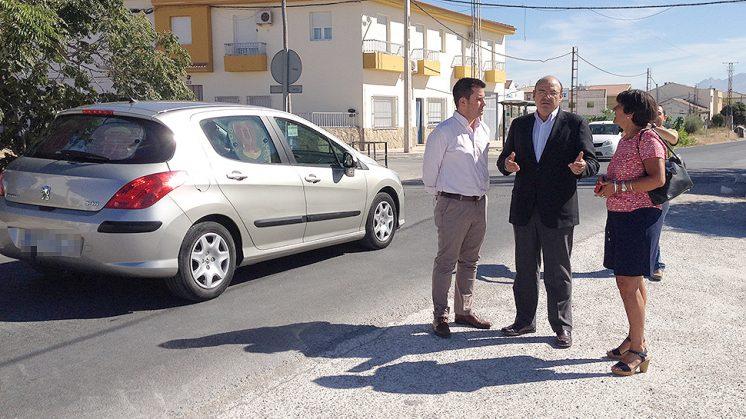 El presidente provincial del PP, Sebastián Pérez, junto al candidato en Pinos Puente, Antonio Duarte, y la presidenta local, Teresa Fernández. Foto: Luis F. Ruiz